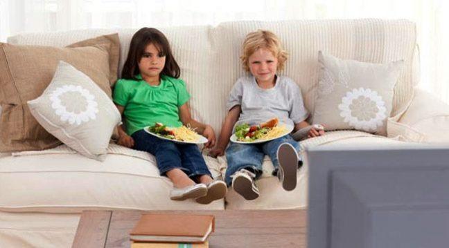 Televizyon karşısında zorla yemek yedirmek, obeziteye sebep oluyor
